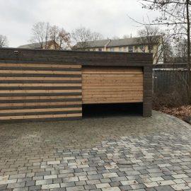 Fassadensektionaltor mit Holzoberfläche